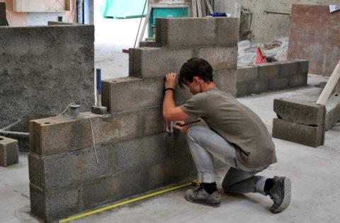 Maçonnerie apprenti construit mur